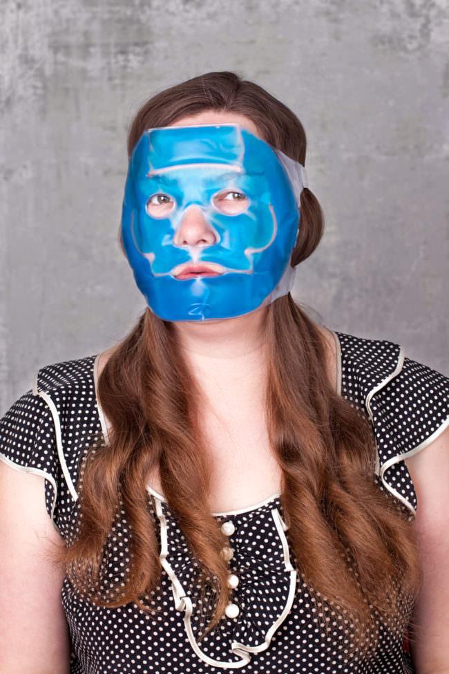 Frau mit blauer Gesichtsmaske