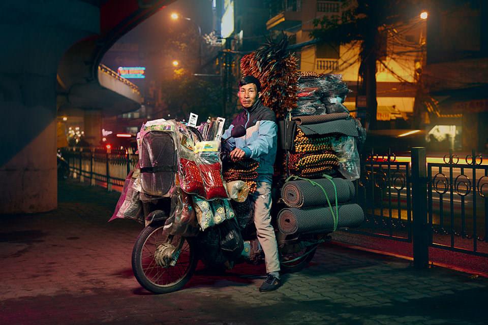 Mann transportiert Autoteile auf einem Motorrad