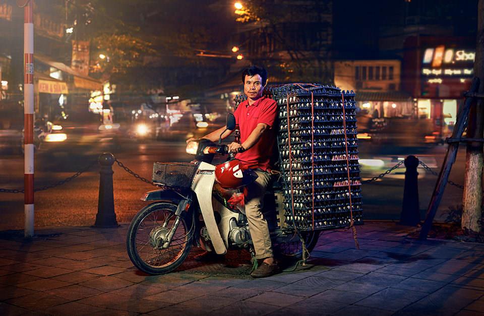 Mann transportiert Eier auf einem Motorrad