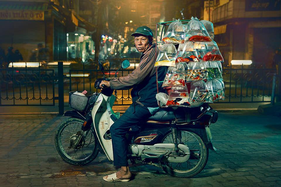 Mann transportiert Fische auf einem Motorrad