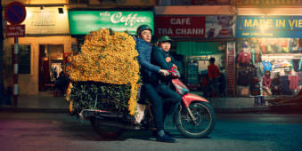 Mann mit Blumen auf dem Motorrad