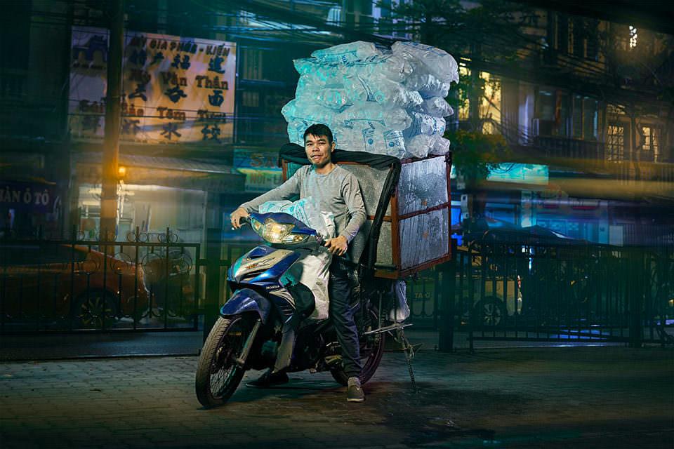 Mann mit Eis auf dem Motorrad