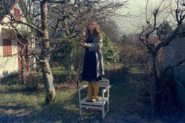 Ein Mädchen steht im Garten