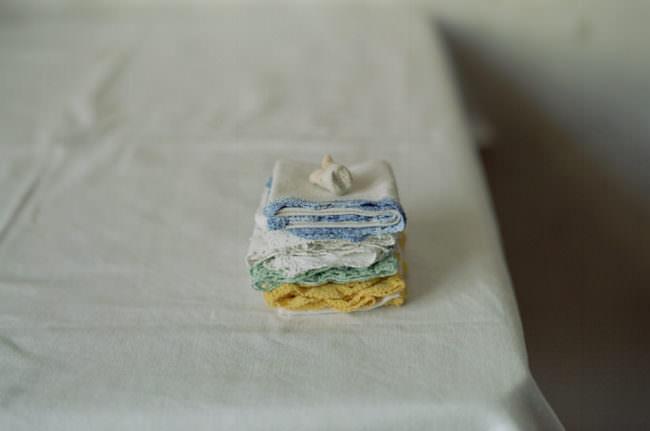 Taschentücher gestapelt und darauf ein Zahn