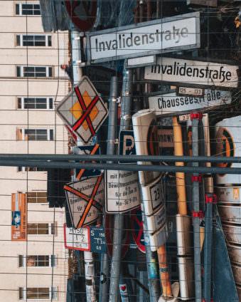 Straßenschilder hinter einer Absperrung