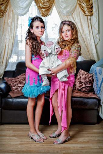 Zwei Jugendliche halten ein Baby