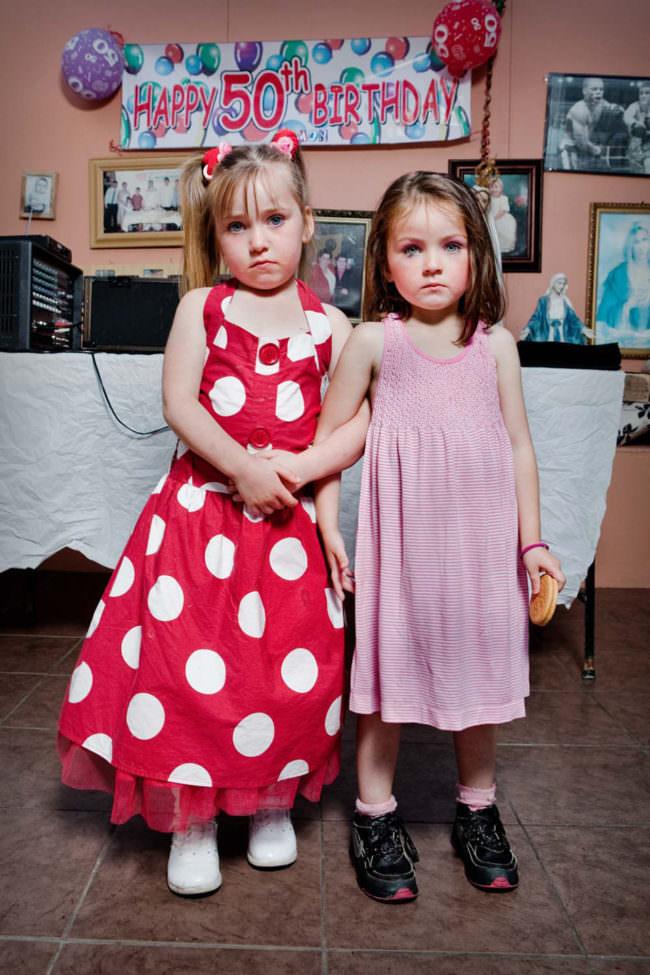 Zwei Kinder posieren