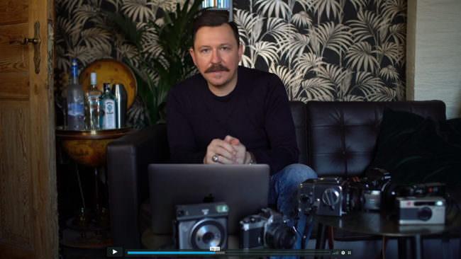 Screenshot: Ein Mann mit Kameras