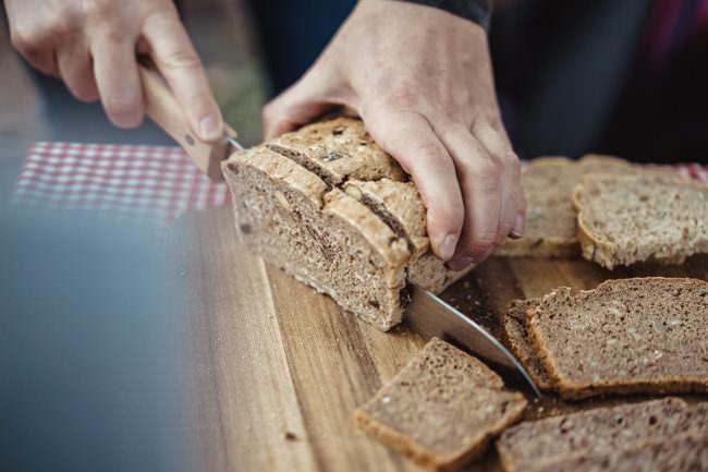 Brot wird geschnitten