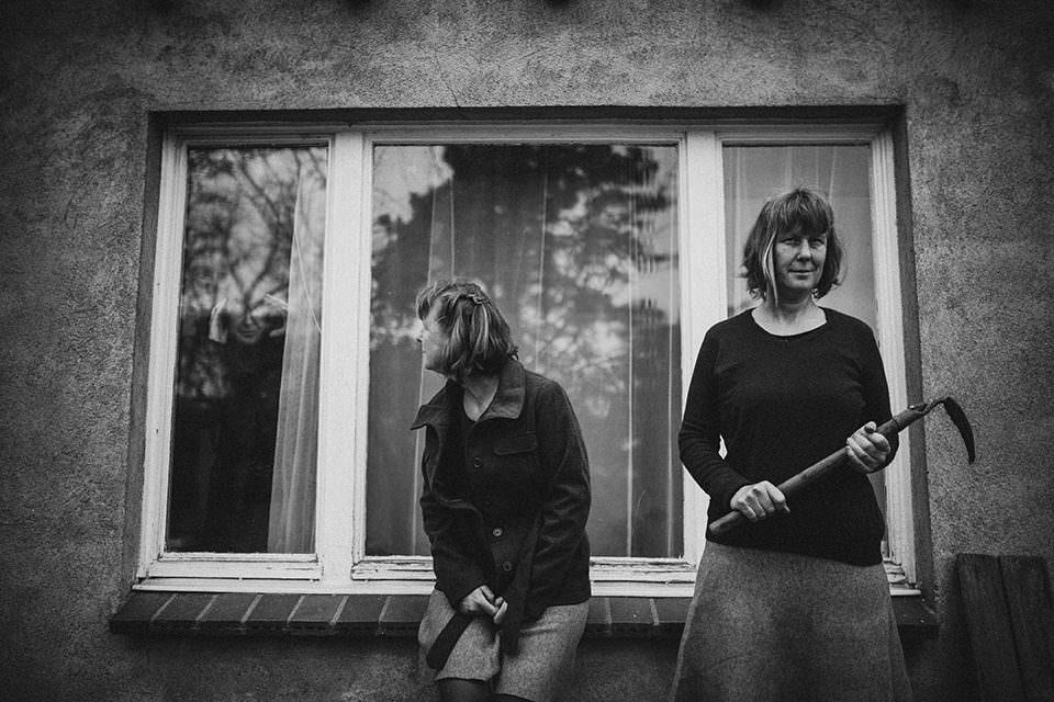 Zwei Frauen vor einem Fenster