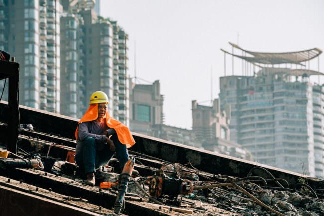 Bauarbeiter vor Hochhäusern sitzend