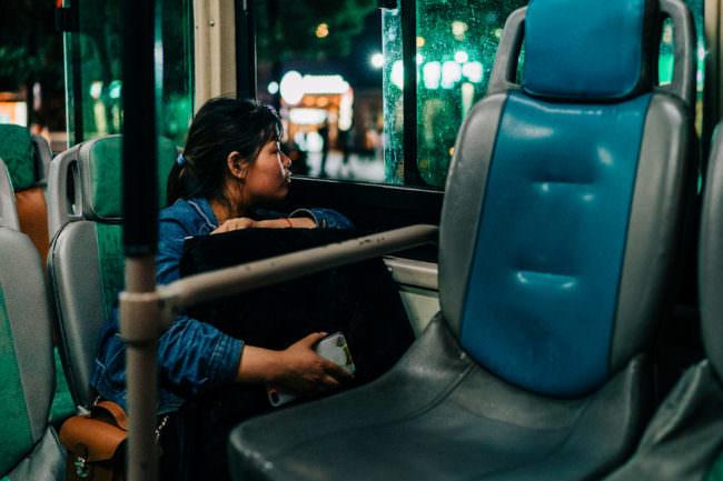 Frau in einer Bahn