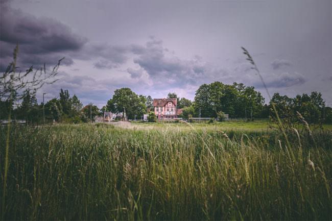 Ein Haus in einer grünen Landschaft