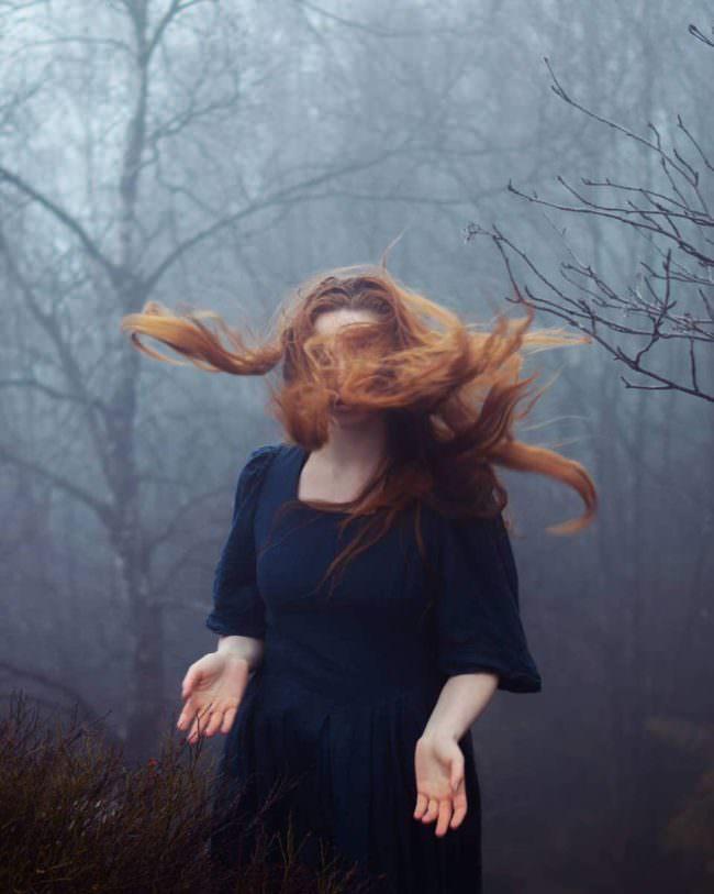 Frau mit wehenden Haaren