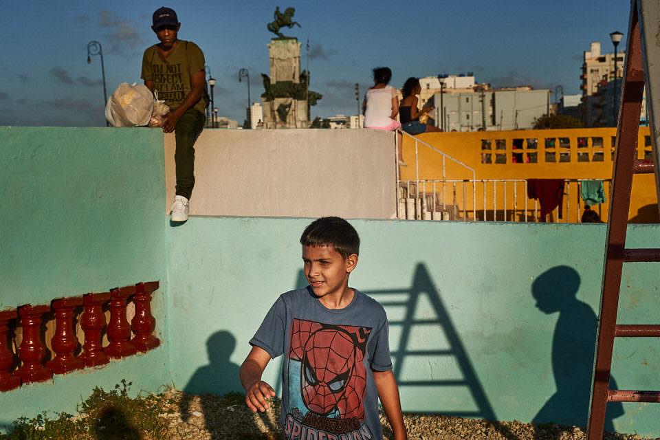 Spielende Kinder auf einem Dach