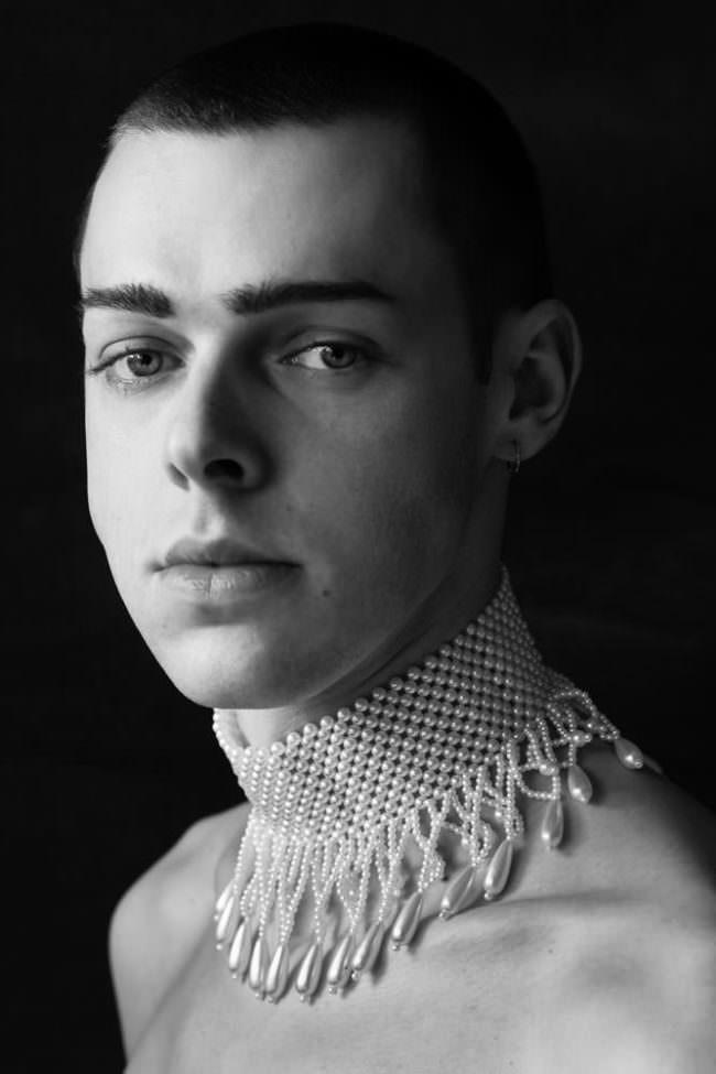 Mann mit Perlenkette