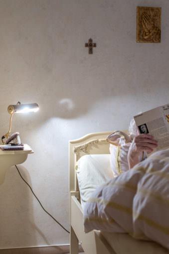 Person liest im Bett