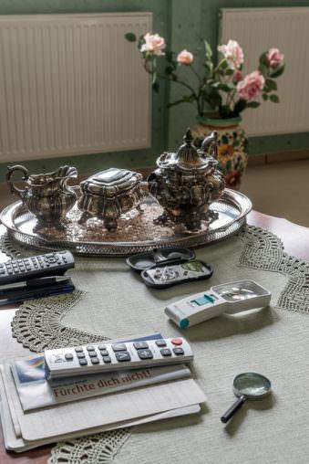 Tisch mit Fernbedienungen