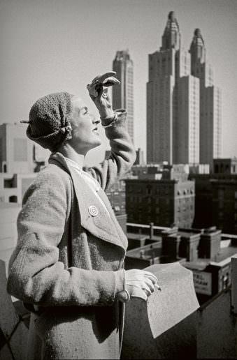 Frau vor Hochhäusern