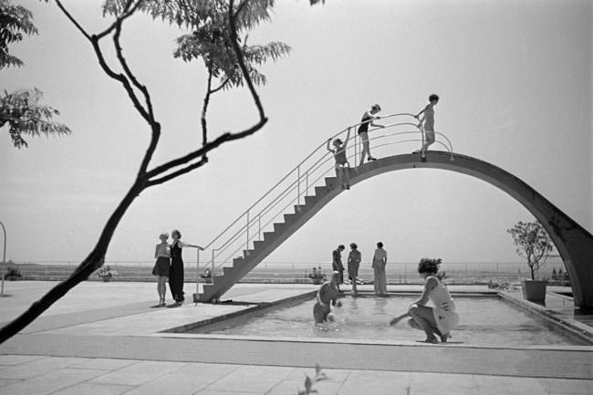 Menschen an einem Pool