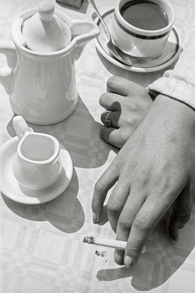 Hände und Kaffeegeschirr