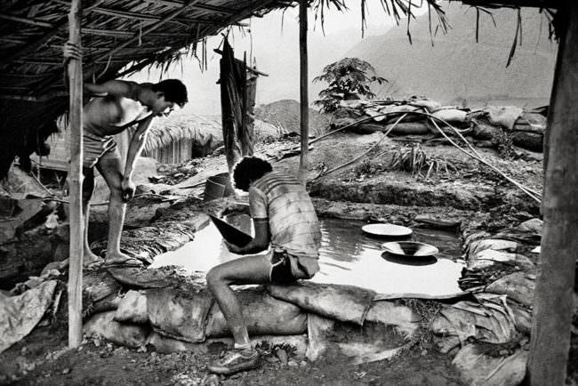 Zwei Menschen waschen Gestein aus