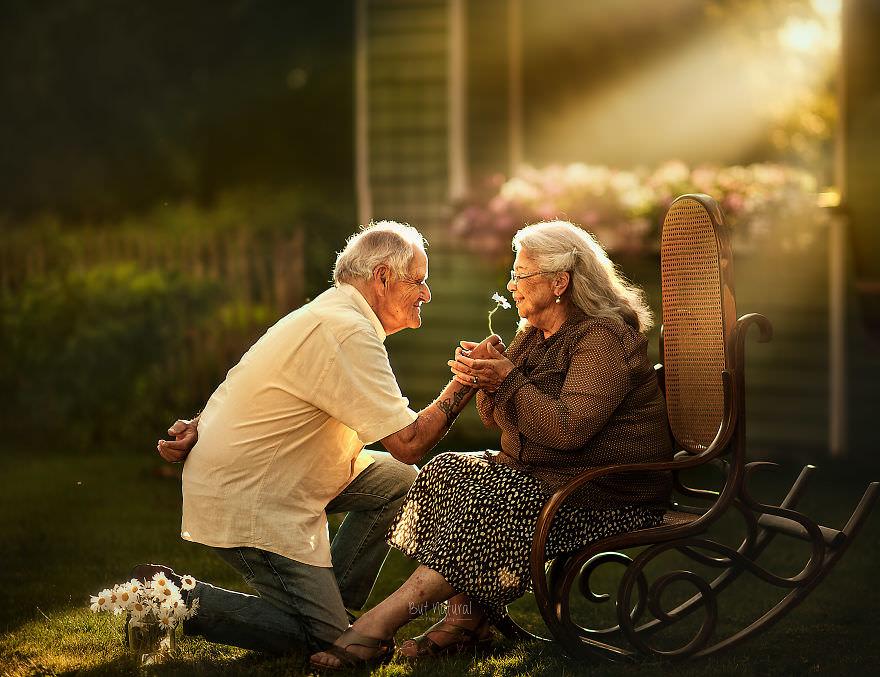 Mann schenk Frau eine Blume