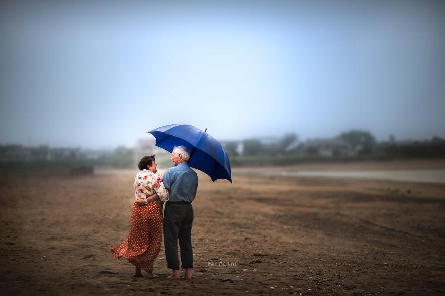 Pärchen unter einem Schirm