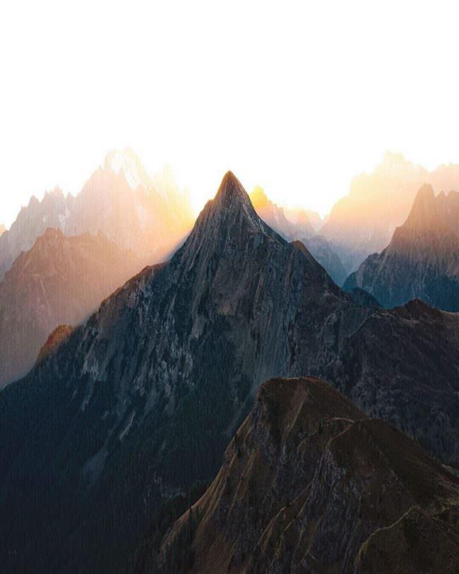 gleißendes Licht zwischen Berggipfeln