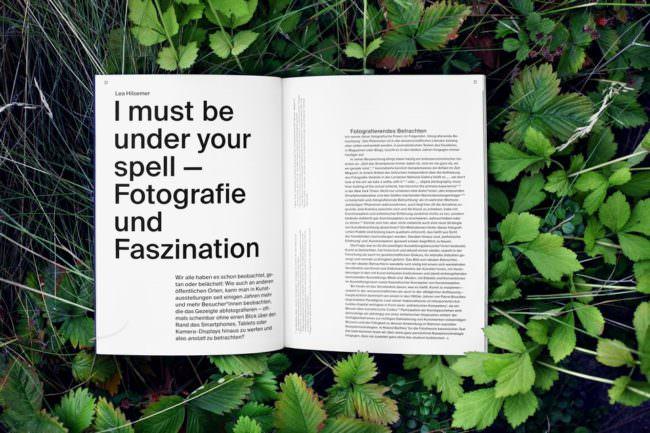 aufgeschlagenes Magazin im Grünen