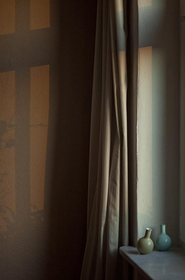 zwei Vasen auf einem Fensterbrett, an der Wand Lichtspiele