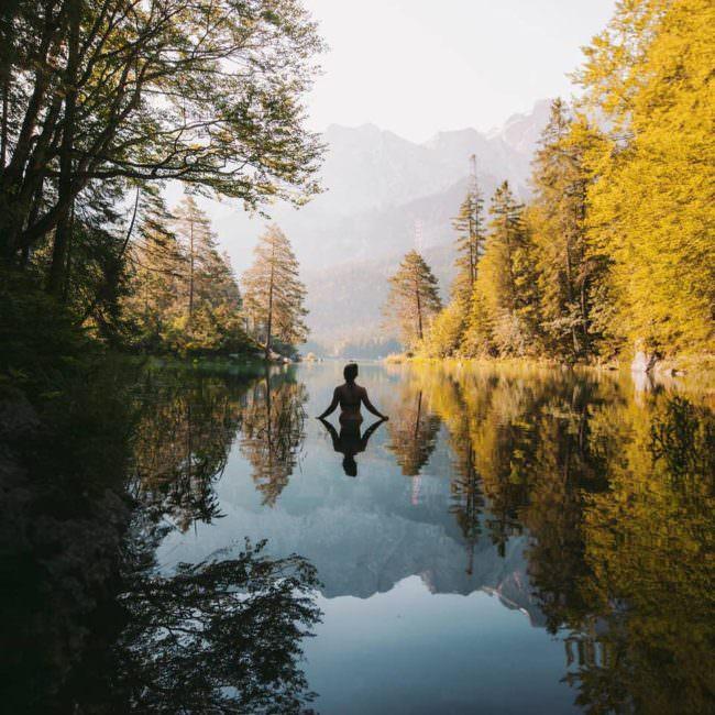 Frau im Waldsee