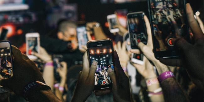 Viele Handys auf einem Konzert