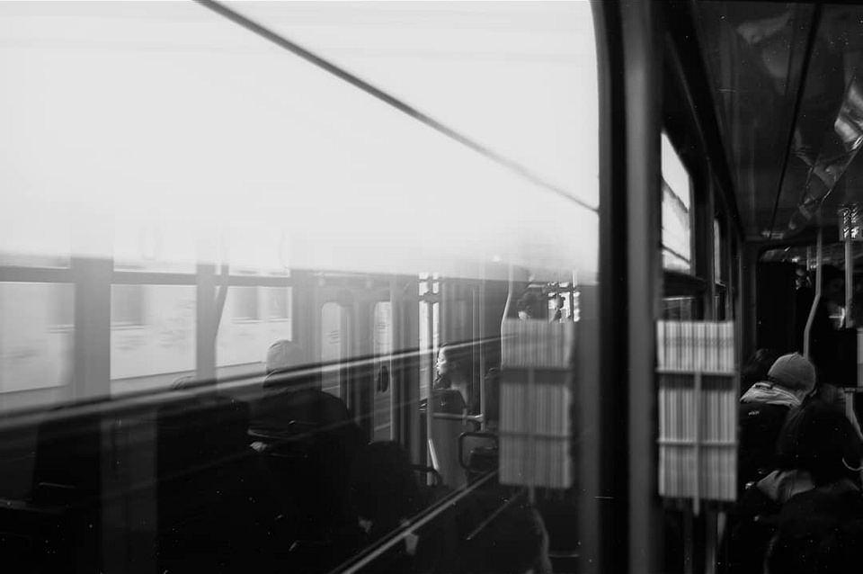 Spiegelungen in der Scheibe einer Bahn