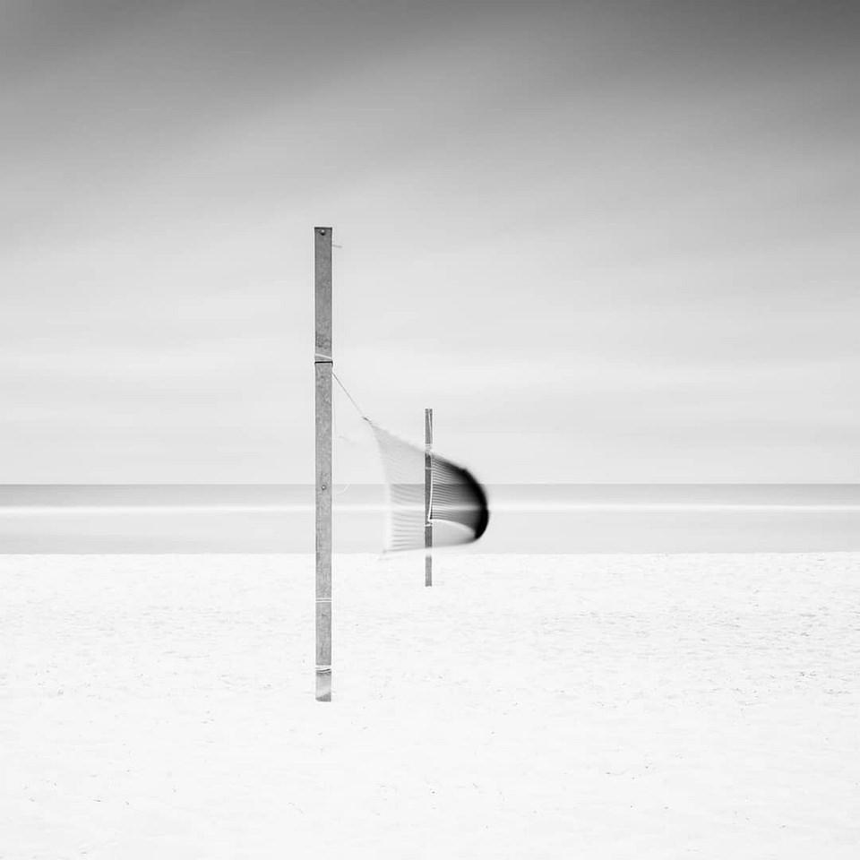 Volleyballnetz an einem leeren Strand, Langzeitbelichtung