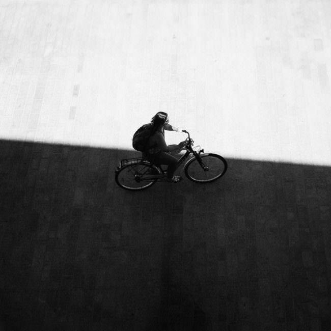 Radfahrer zwischen Licht und Schatten