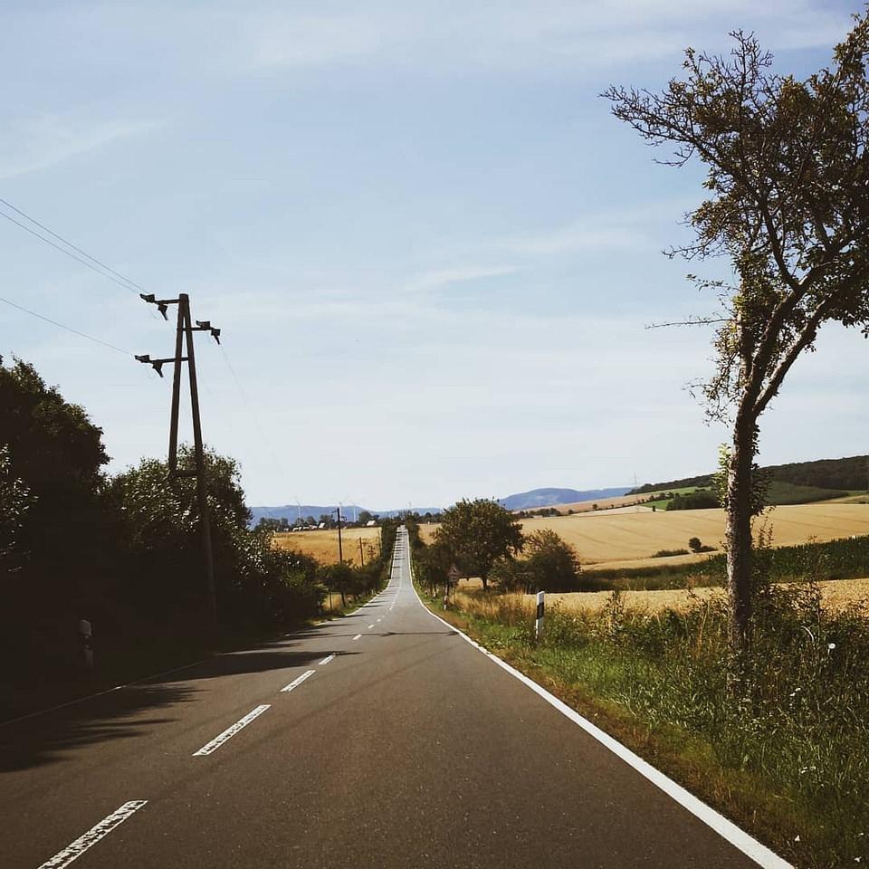 Straße zwischen Feldern