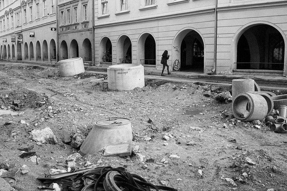 aufgerissene Straße vor Hausfassaden