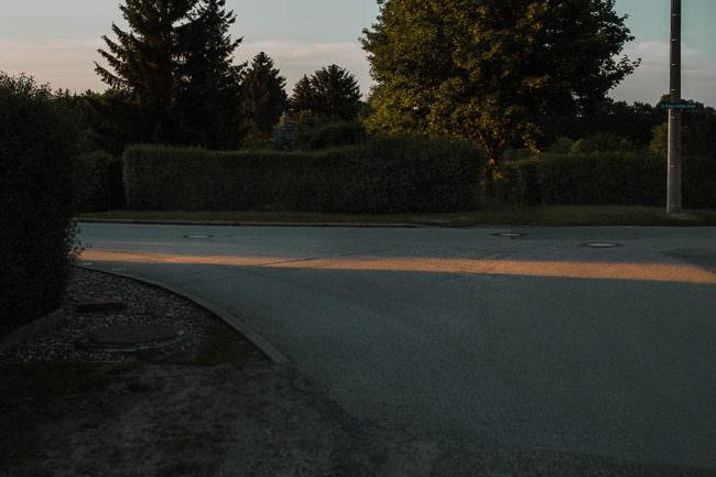 Lichtschein auf der Straße