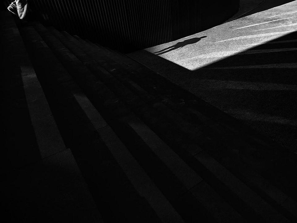 Schatten einer Person auf einer Treppe