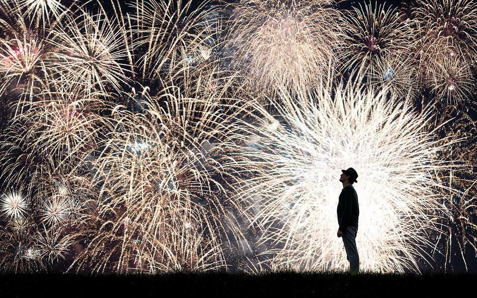 Mann vor einem Feuerwerk