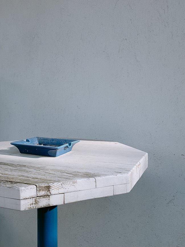 blauer Aschenbecher auf einem Stehtisch