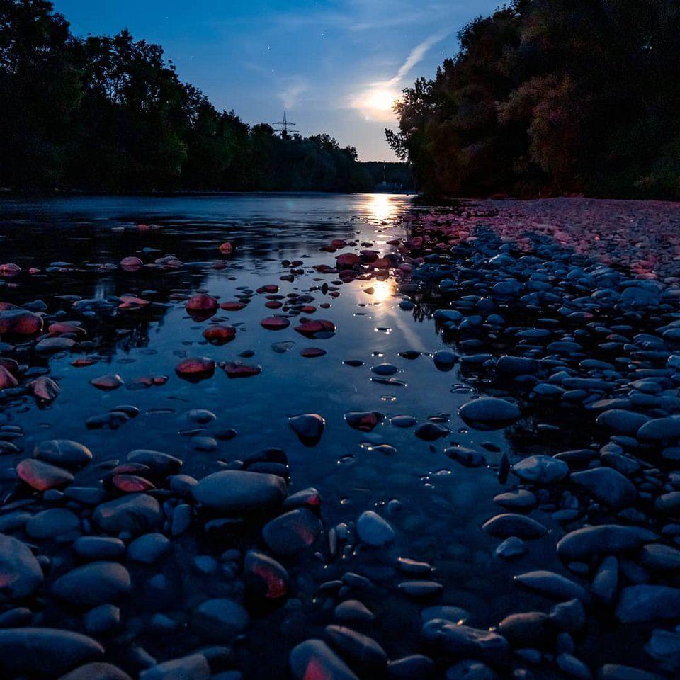 Steinstrand in der blauen Stunde