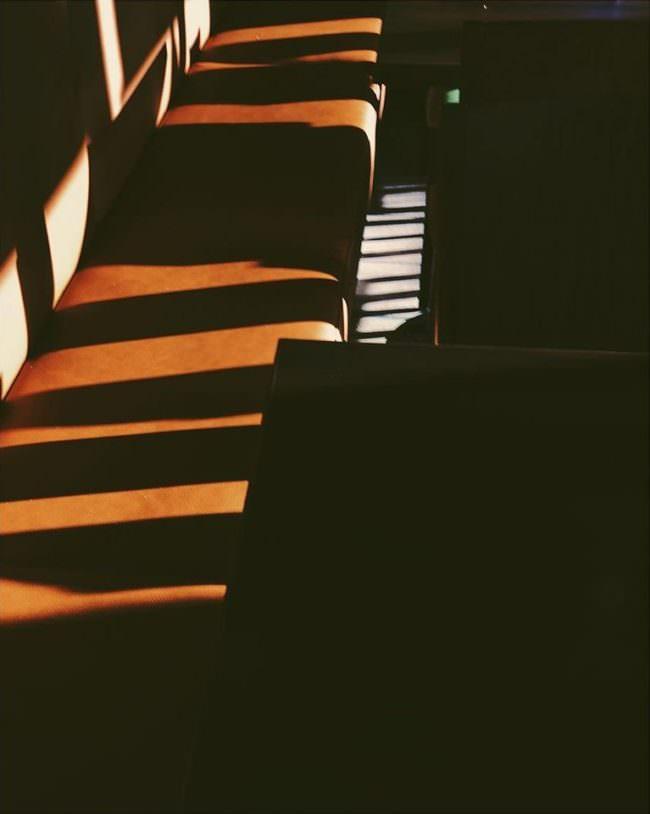 Lichtstreifen fallen auf eine Sitzbank