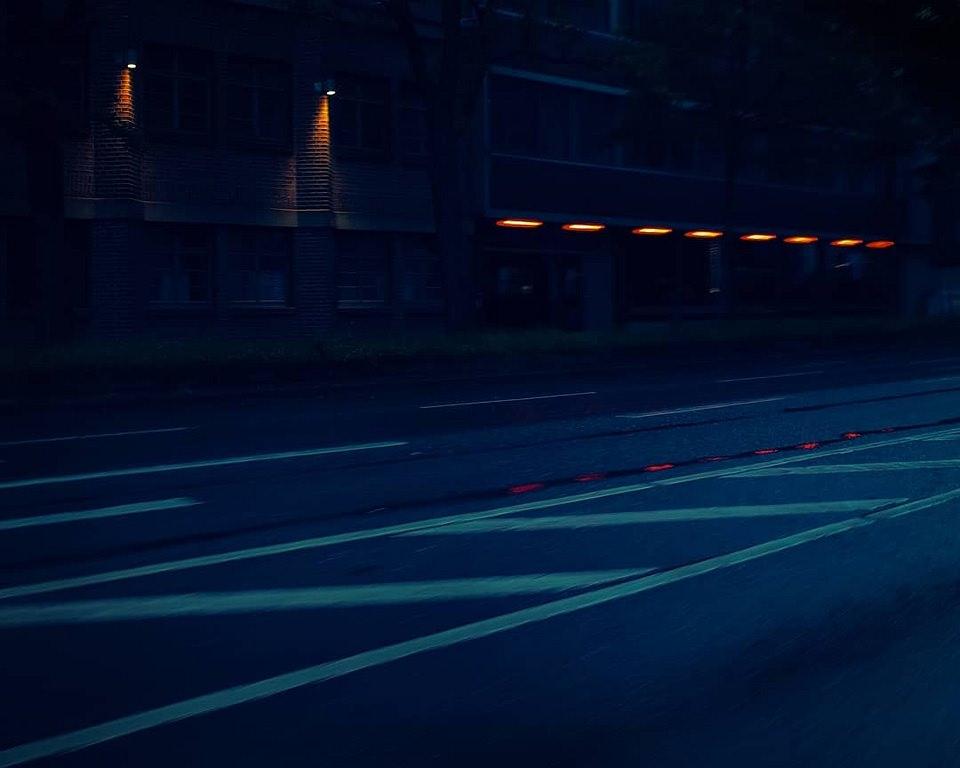 spärliche Beleuchtung am Rand einer Straße im Dunkeln