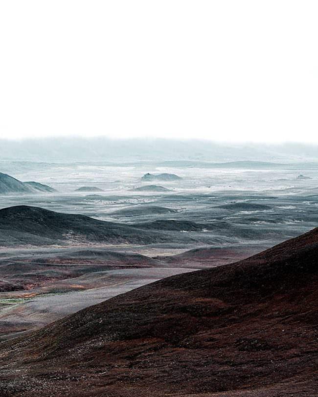 weite, neblige, trostlose Hügellandschaft