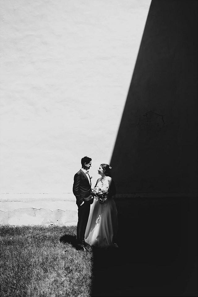 Brautpaar vor einer halb beschatteten Wand