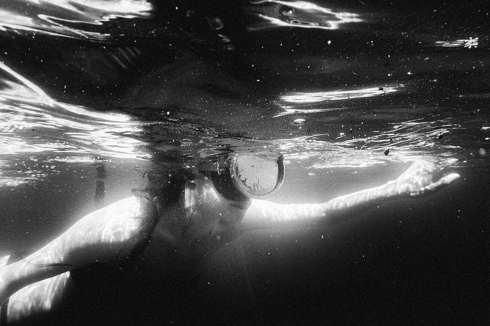Kind mit Taucherbrille unter der Wasseroberfläche