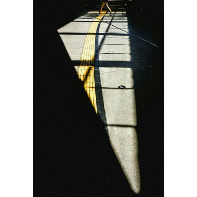 Licht und Schatten auf auf einem Betonboden