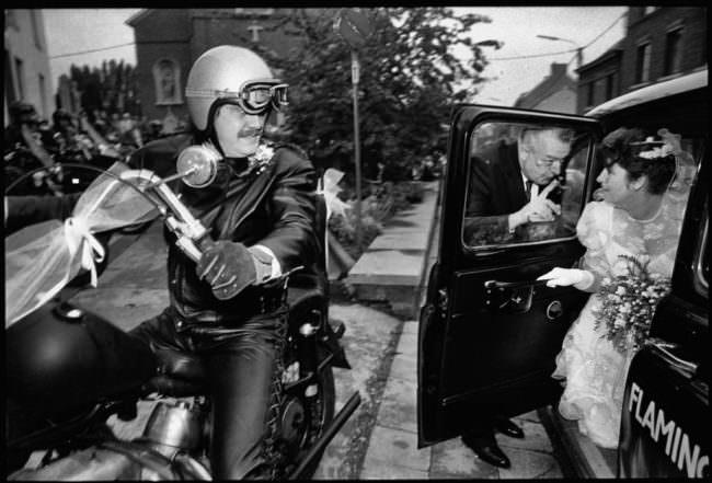 Motorradfahrer und Braut